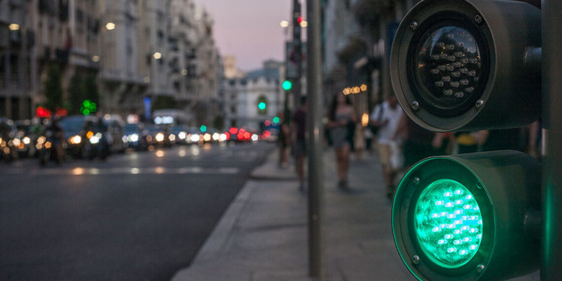 Green and black traffic light | Scop.io